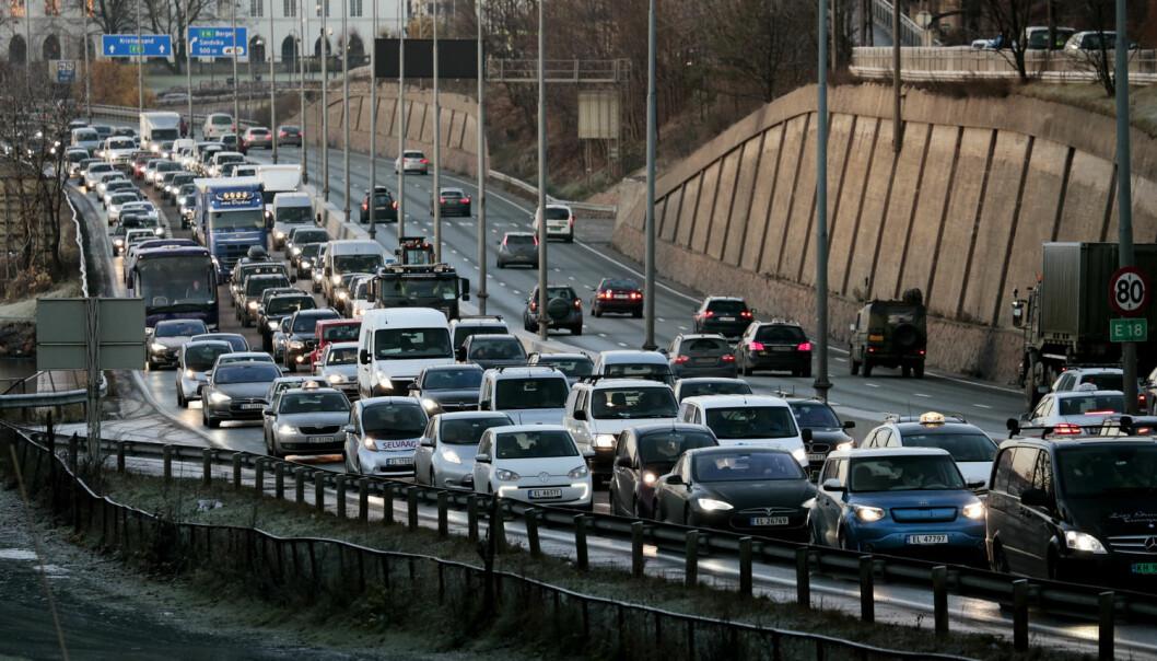 Morgenrushet inn mot Oslo på E-18 fra Drammen i Sandvika. I kollektivfeltet kan det være kø av elbiler. - De tettest befolkede områdene er også en del av landet, og trenger dermed statlige bidrag for å løse trafikkproblemene, sier samferdselforsker Knut Boge. (Foto: Scanpix, Lise Åserud)