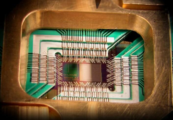 En databrikke som kan lagre 128 qbits, fra produsenten D-Wave Systems, som blant har levert maskiner til Quantum Artificial Intelligence Lab, et samarbeid mellom Google og NASA. (Foto: D-Wave Systems, Creative Commons)