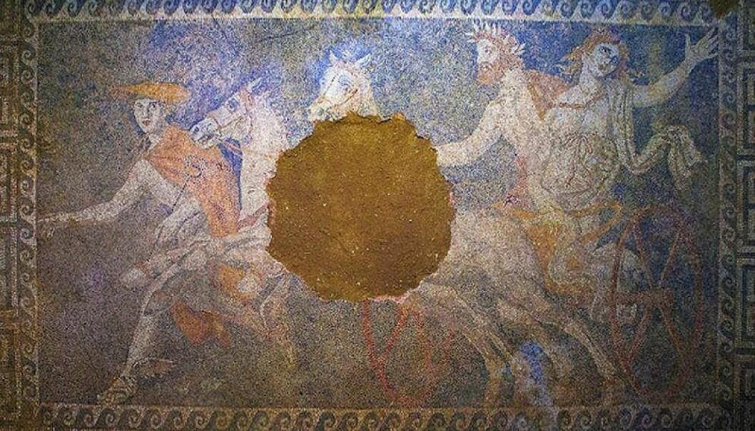 Gulvet i graven i Amphipolis er utsmykket med mosaikk. (Foto: Wikimedia Commons. Bildet er offentlig eiendom)