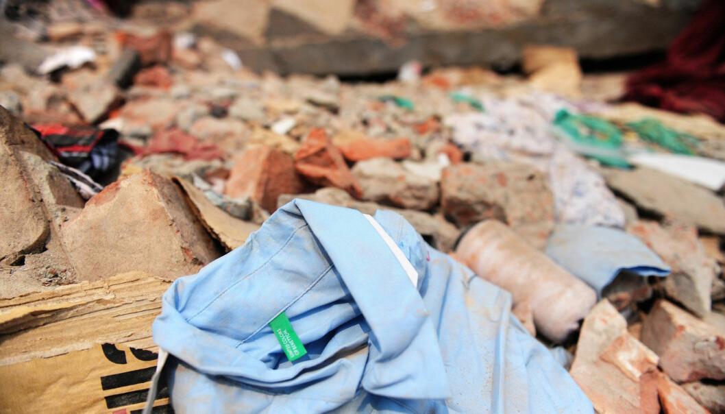 En Benetton-skjorte ligger i den kollapsede tekstilfabrikken i Savar utenfor Dhaka i Bangladesh, der over 1100 mennesker døde. (Foto: AFP)