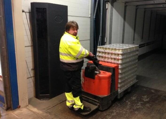 Vareleveranse på Coops regionallager i Trondheim. Varen blir automatisk tilgjengelig for kunden i det pallen passerer antenna i den den store, sorte boksen ved veggen.  (Foto: Coop)