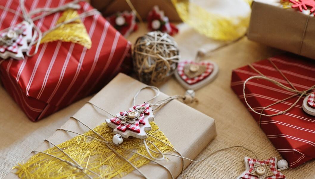 Når vi skal gi gaver til flere, mister vi lett fokus. I en studie valgte deltagerne å gi et gaveabonnement på et tekno-magasin til en venn, og et reisemagasin til en annen. Selv om de visste at begge egentlig foretrakk sport.  (Foto: Microstock)