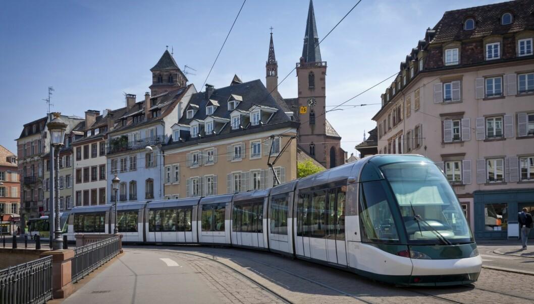 I Strasbourg i Frankrike går trikken gjennom de gamle gatene i Strasbourg, et eksempel på det forsker Anne Bregnballe ønsker seg mer av.  (Foto: Microstock)