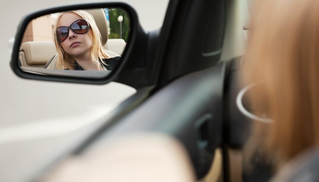 Mennesker med nedsatt hørsel er mer oppmerksomme og forsiktige på veien. Fordi hørselen er hemmet, er sidespeilene spesielt viktige.  (Illustrasjonsfoto: Colourbox)