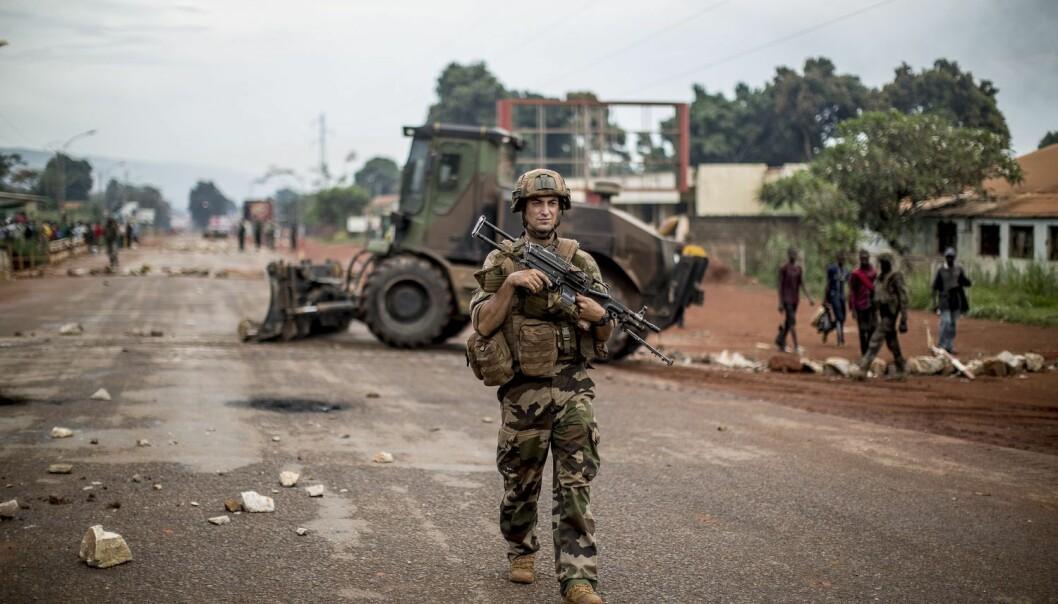 Dette bildet fra mai i år viser en fransk patrulje i sentrum av Bangui. Internasjonale soldater klarte å redusere konflikten mellom befolkningsgruppene, men gjorde samtidig den etniske rensingen enklere, viser norsk forskning. (Foto: NTB scanpix/AFP)