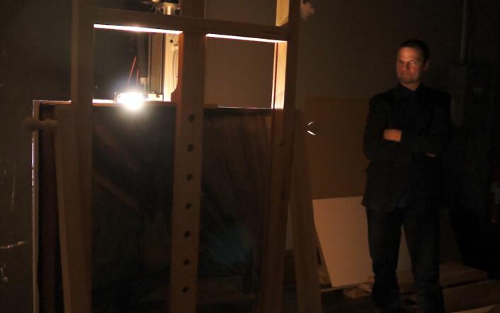 Jon Yngve Hardeberg fra Høgskolen i Gjøvik følger med på skanningen av Skrik i kjelleren på Nasjonalgalleriet. (Foto: Arnfinn Christensen, forskning.no)