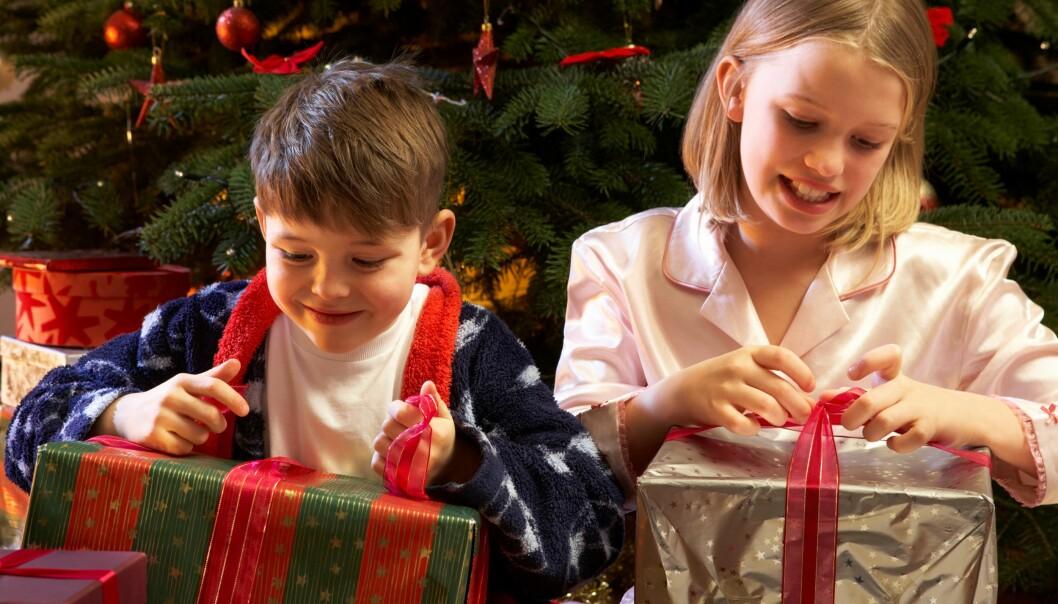 Har du lovet at nissen kommer med mye fint til jul, hvis barna oppførte seg pent? Den slags barneoppdragelse kan gi skumle effekter.  (Foto: Colourbox)