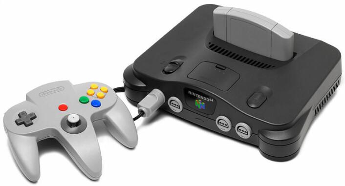 Nokre meiner handkontrollaren til Nintendo 64 er skapt for menneske med tre hender. Her er kontrollaren kopla til ein Nintendo 64-konsoll. (Foto: (Foto Wikimedia Commons))