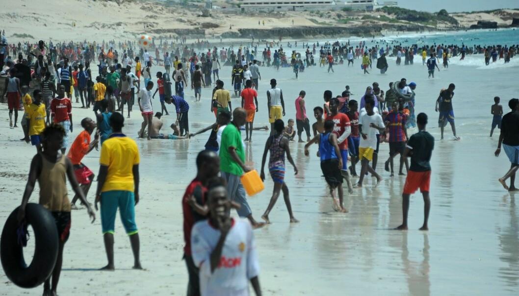 Den norske bistanden må rettes mot de riktige institusjonene og de riktige personene, skriver kronikkforfatteren. Her fra stranden utenfor Mogadishu i Somalia. (Foto: Afp)