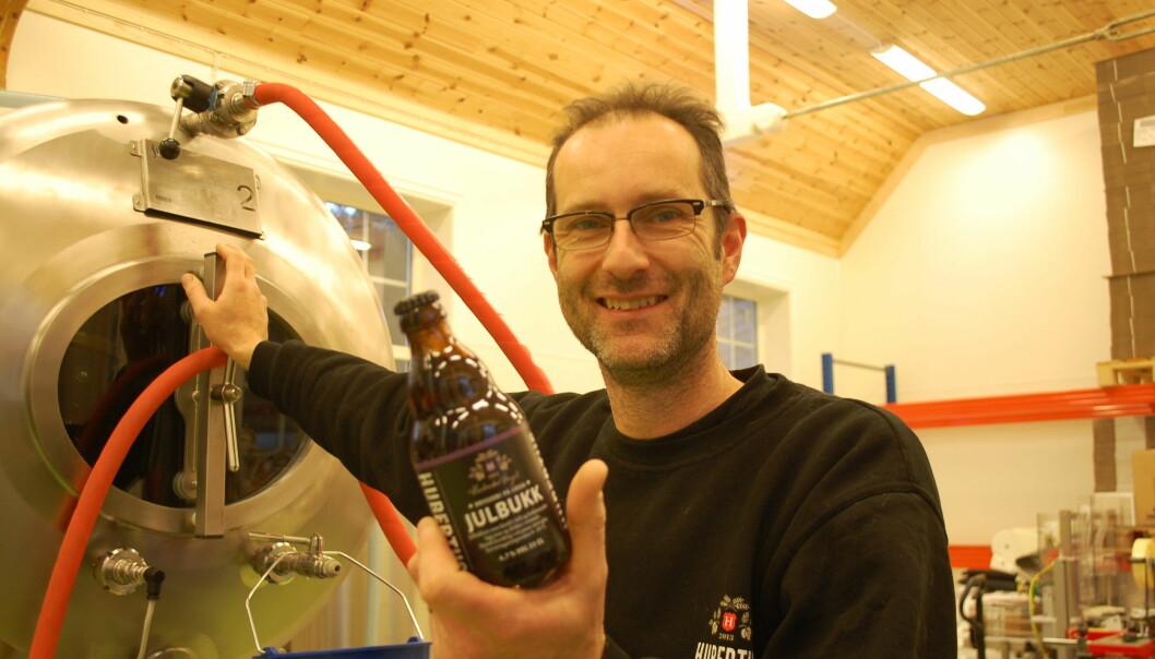 Huub Huijs brygger øl ved foten av Dovrefjell. Han er en av flere ølbryggere som forskere fra Østlandsforskning og Bioforsk nå besøker for å samle inn informasjon om gamle ølbryggertradisjoner.