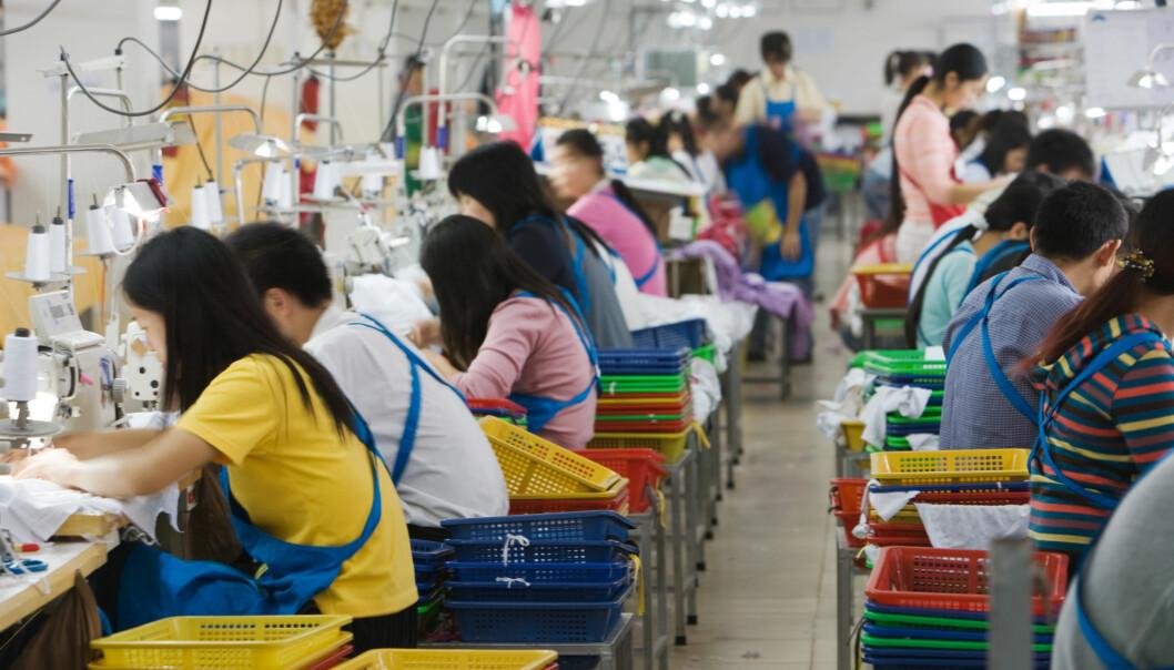 Ufaglærte arbeidstakere fra landsbygda jobber lange skift. Her fra en tekstilfabrikk I Guangdong, Kina.  (Foto: Colourbox)