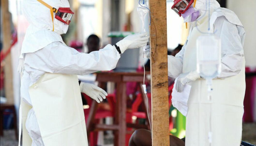 Ebola er en blødningsfeber som blant annet gir oppkast og diaré – og dermed mangel på væske og salter. Forskeer  mener at en del av ebolapasientene vil kunne reddes hvis de får korrekt væske- og saltbehandling.  (Foto: Leong/AFP/Getty Images)