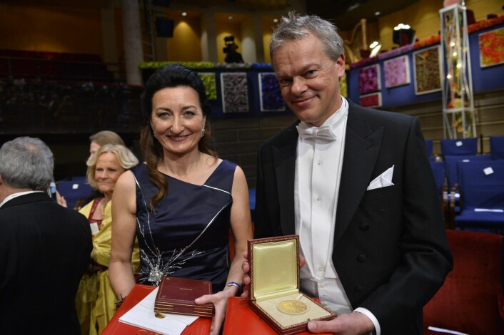 May-Britt Moser og Edvard  Moser med sine medaljer under nobelprisutdelningen i konserthuset i Stockholm. (Foto: Henrik Montgomery, NTB Scanpix)