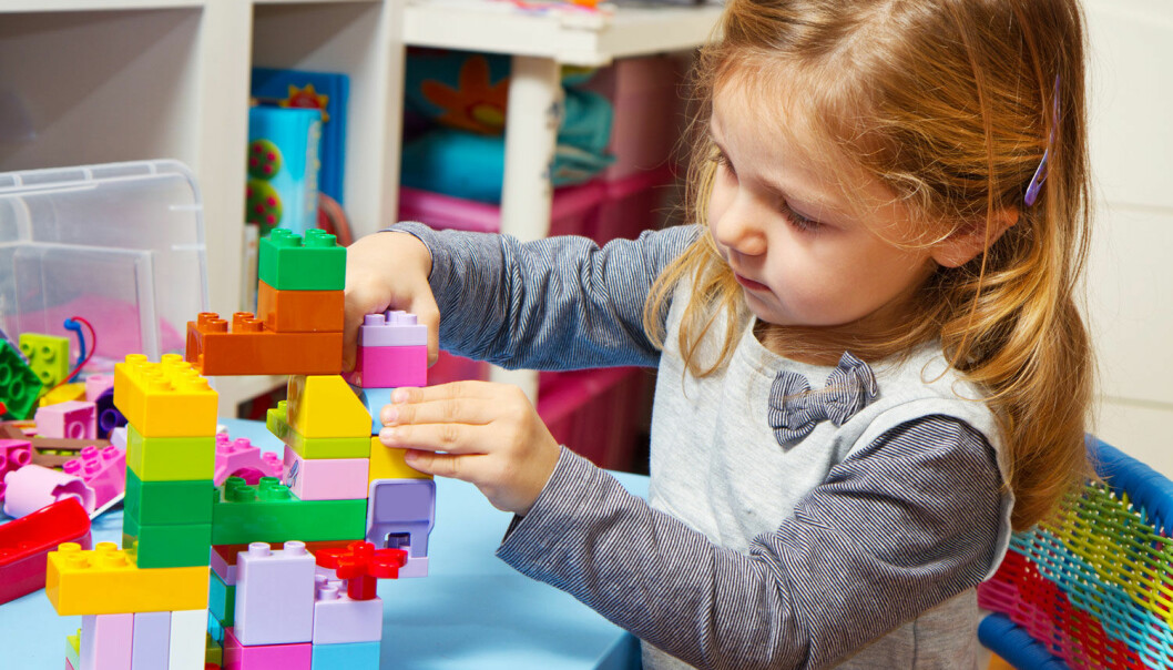 Hvordan du roser barnet, kan påvirke om det blir fokusert på å mestre nye oppgaver eller prestere. De som blir prestasjonsfokusert, tar færre nye utfordringer.  (Foto: Microstock)