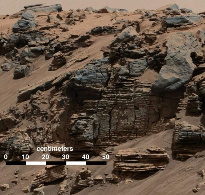 Lag på lag med sedimenter, avsatt på bunnen av en innsjø på Mars for noen milliarder år siden. Sannsynligvis. (Bilde: NASA)