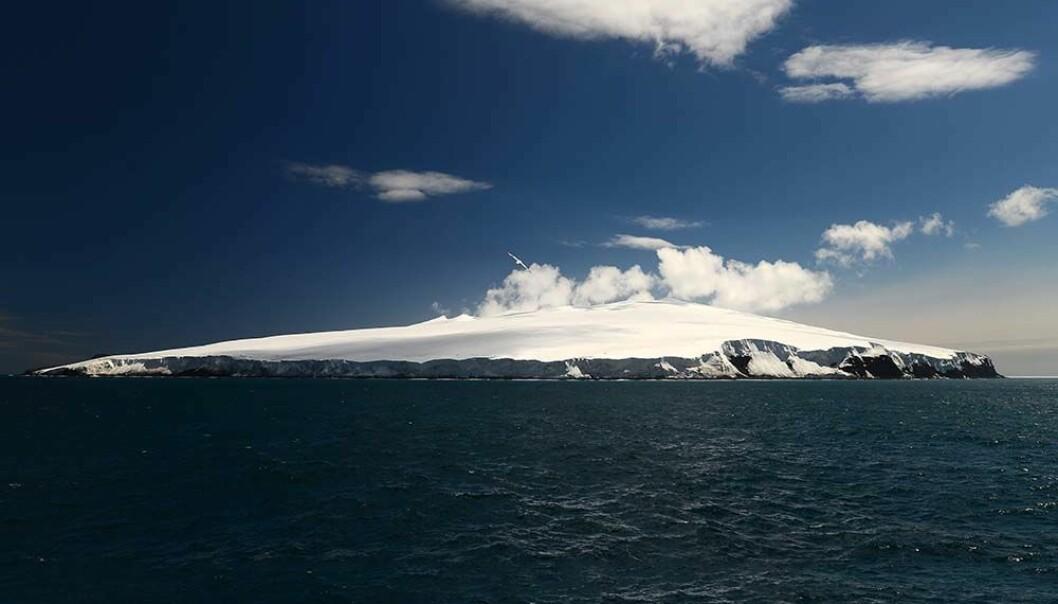 Bouvetøya er ofte tildekket av tykk tåke, dette bildet er derimot tatt på en godværsdag. (Foto: Marius Bratrein, Norsk Polarinstitutt)