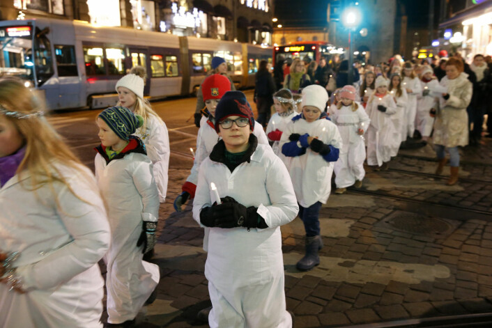 Et hundretalls barn feiret fredag Santa Lucia med et tog gjennom Oslos gater i fjor. (Foto: Terje Bendiksby / NTB scanpix)