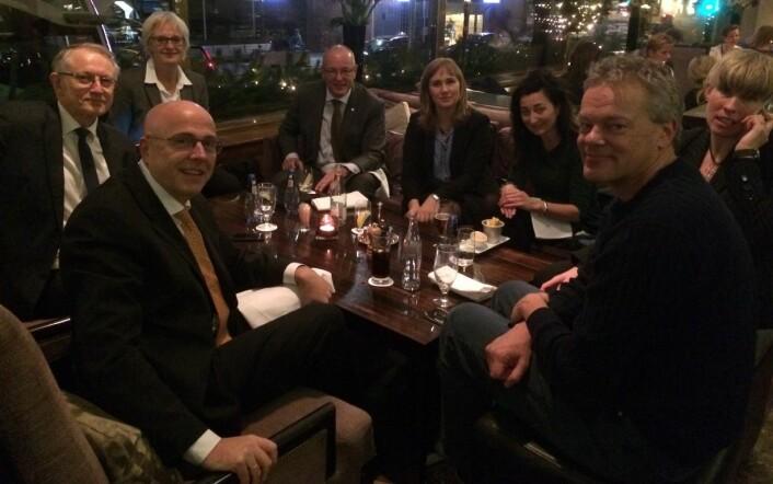 Pust i bakken på hotellet med Arvid Hallén, Kari Melby, Gunnar Bovim, Hege Tunstad, May-Britt og Edvard Moser, og Nora Gullbekkhei. (Foto: privat)