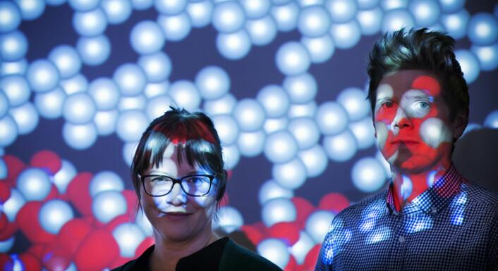 Forskerne Ingvild Thue-Jensen og Espen Flage-Larsen er godt kjent i atomenes verden – fra reiser innover i materialene. Som transportmiddel bruker de både matematiske modeller og fysiske eksperimenter.  (Foto: Sintef/Werner Juvik)