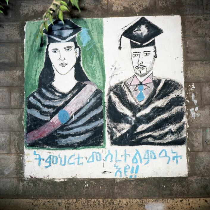 """""""Utdanning er grunnlaget for utvikling"""" malt på en skolevegg i Tigray. Bildet signaliserer at både jenter og gutter er viktige for denne utviklingen. Og at både jenter og gutter har en mulighet til å nå utdanningsmålene sine. (Foto: Thera Mjaaland)"""