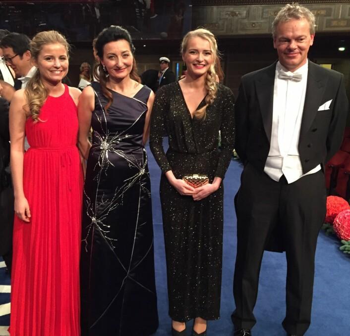 På scenen etter Nobelutdelingen: Isabel, May-Britt, Ailin og Edvard Moser. (Foto: privat)