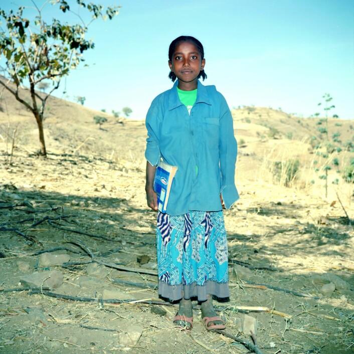 Når Roman ikke går på skolen gjeter hun familiens kuer og geiter. Det er ikke alltid det er så lett for jentene å få tid til hjemmeleksene. Guttene kan også bli bedt om å jobbe når de kommer hjem fra skolen, men mens jentene også må ta i et tak i utearbeidet, gjør den kjønnsdelte arbeidsdelingen at jentenes oppgaver i huset ikke blir delt med brødrene hennes.  (Foto: Thera Mjaaland)