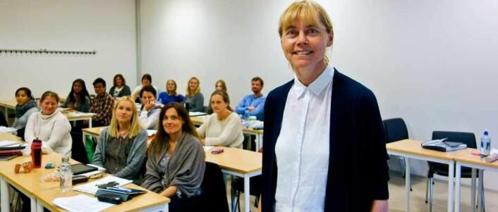 Læring på arbeidsplassen er undervurdert i forskningen på fleksibel læring, mener Edda Johansen. Her sammen med studentene på samling ved Campus Drammen.  (Foto: Jan-Henrik Kulberg)