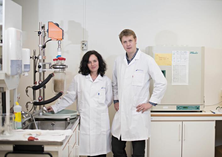 Nils Kristian Afseth og Volha Shapaval forsker på proteiner i mat.  (Foto: Jon-Are Berg-Jacobsen, Nofima)