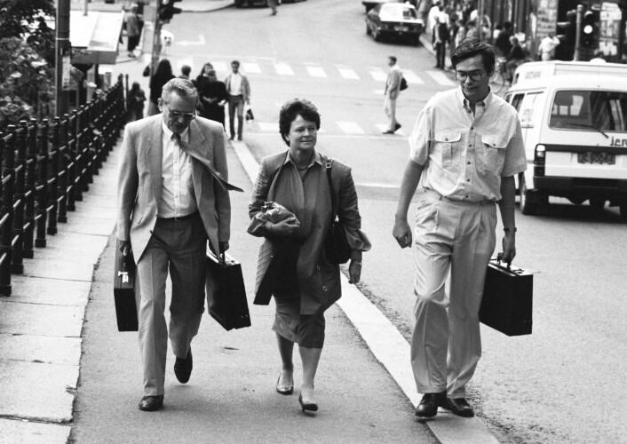 Statssekretærer er ikke bare koffertbærere. Norges 43 statssekretærer har mer makt enn statssekretærer i andre land. Her statsminister Gro Harlem Brundtland på vei over Youngstorget i 1989 sammen med statssekretærene Arne Strand (t.v.) og Ted Hanisch.  (Foto: Aftenposten/NTB)