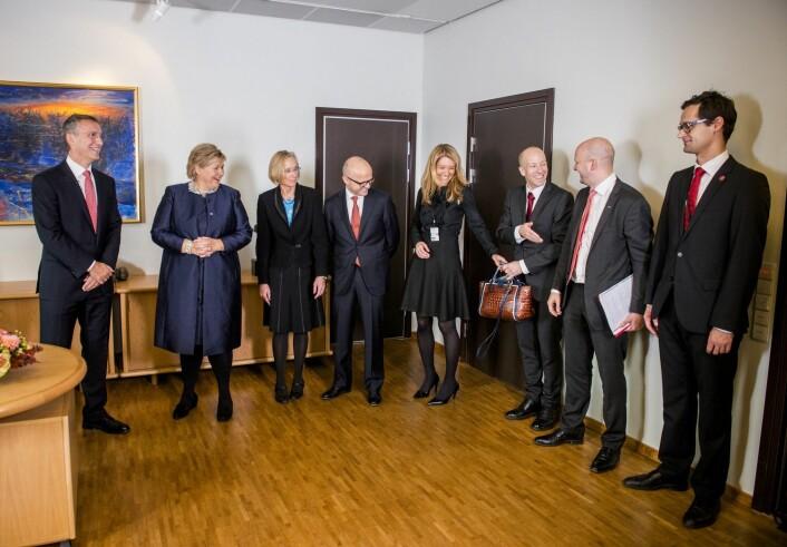 Erna Solberg presenterer flere av de nye statssekretærene sine for avtroppende statsminister Jens Stoltenberg. Statssekretæren er nummer to i departementet sitt.  (Foto: Fredrik Varfjell / NTB scanpix)