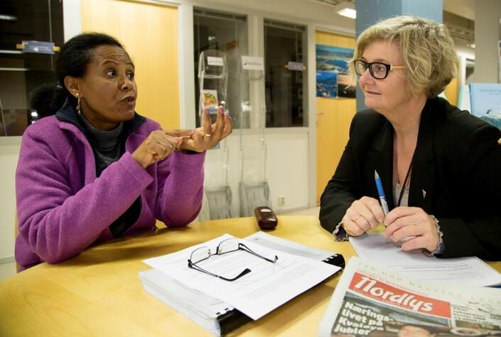 Da Agaredech Jemaneh var i Tromsø for å forsvare doktorgradsavhandlingen sin, møtte hun tidligere redaktør i Nordlys, Mari Rein, for å diskutere hva man kan gjøre med at journalister bruker få kvinnelige kilder. (Foto: Stig Brøndbo)