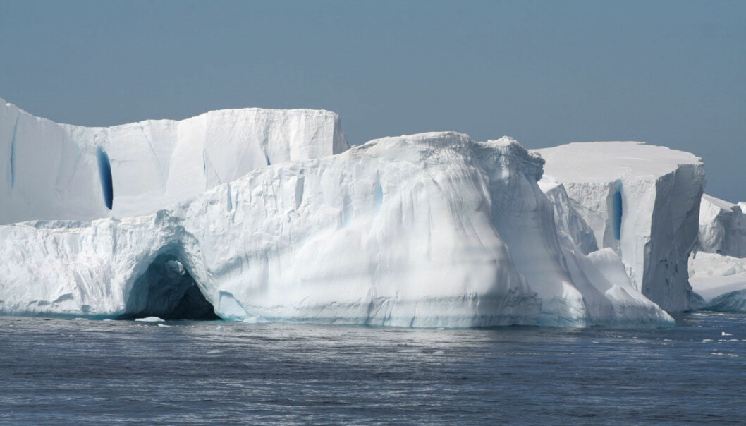 Varme havstrømmer stiger opp under havisen i Antarktis, og kan smelte den nedenfra. Dermed blir veien fri for at mer is fra selve Sydpollandet kan skli ut i havet, slik at havnivået kan stige med flere meter, ifølge en studie i tidsskriftet Science. Bildet er tatt fra et tokt med forskningsskipet James Clark Ross i Weddellhavet, som samlet data til studien.  (Foto: Sunke Schmidtko)