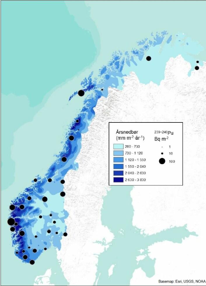 Norgeskart som viser funnene fra jordprøvene. De sorte ringene viser radioaktiv aktivitet i Becquerel (Bq), hvor den største aktiviteten ble målt på vestlandet. Aktiviteten er likevel veldig lav sammelignet for eksempel med utslipp etter Tsjernobyl-ulykken. De blå feltene viser nedbørsmengde. (Foto: (Bilde: Cato Wendel))