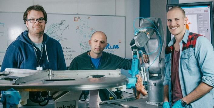 Dette er teamet bak Gribbot – verdens første robot som kan fjerne kyllingfilet fra et skrog – helt automatisk. Fra venstre Elling Ruud Øye, Ekrem Misimi og Aleksander Eilertsen. (Foto: TYD/Sintef)