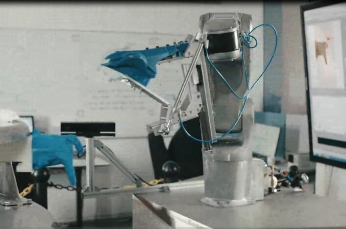 Et transportsystem fester kyllingskroget og frakter kyllingen fram til 3D-maskinsyn og robot. (Foto: TYD/Sintef)