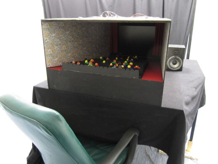 Dei tyske forskarane bygde ein kinomodell rundt ein liten skjerm, og fekk sjåarane til å leve seg inn i filmen nesten like godt som på kino. (Foto: Andreas Baranowski)