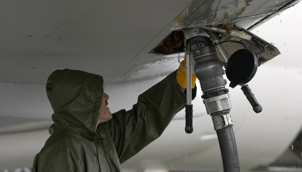 Danske forskere utvikler biodrivstoff for jetfly basert på planteavfall. Avfallet skal brukes som mat for bakterier som produserer alkohol. Alkoholen kan brukes som kjemiske byggeklosser for å lage jetdrivstoff. (Foto: John Petter Reinertsen, Samfoto)