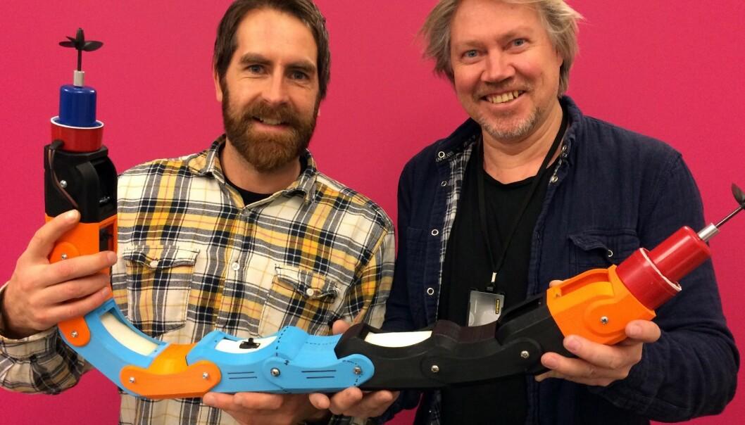 Sintef-forsker Gorm Johansen (t.h.) og Fredrik Lund i Inventas viser fram modellen som har demonstrert at den kan bevege seg gjennom forgreininger i rør. Nå er en mer avansert robot under utvikling.  (Foto: Inventas)
