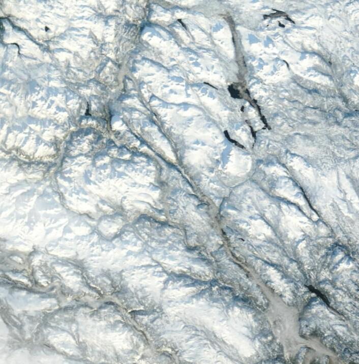 Mye snø å se da NASAs satellitt Terra fant et hull i skydekket over Sør-Norge 26. november. (Bilde: NASA Terra MODIS)