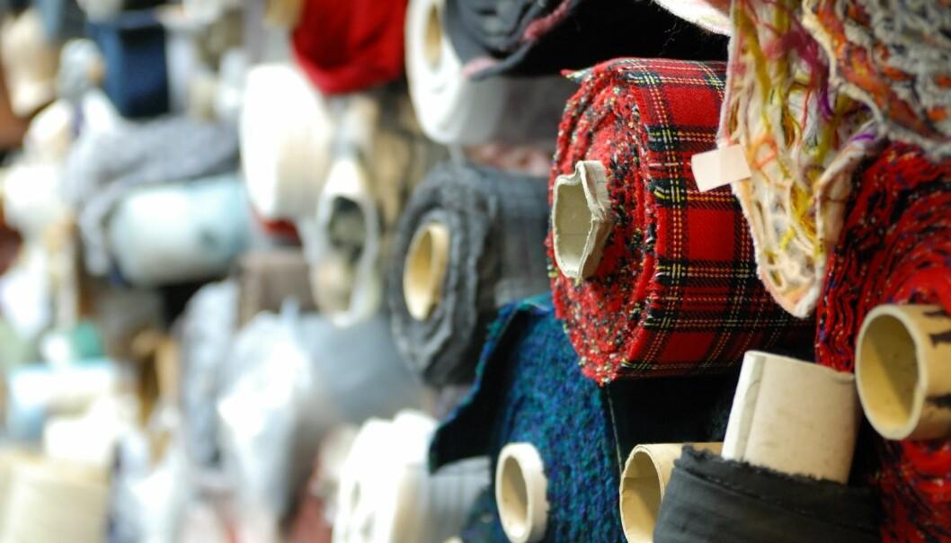 Tekstilbransjen har tradisjonelt sendt fysiske tekstilprøver frem og tilbake mellom de ulike partene i prosessen. Det tar tid. (Illustrasjonsfoto: Colourbox)