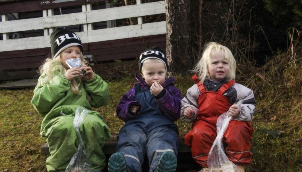 Vi setter pris på at barn er ute og leker, og de elsker å leke med vann. Men når temperaturen begynner å krype ned til noen få varmegrader, er det greit å passe på at ungene er godt kledd og holder seg i aktivitet.  (Foto: Scanpix, Tarjei E. Krogh)