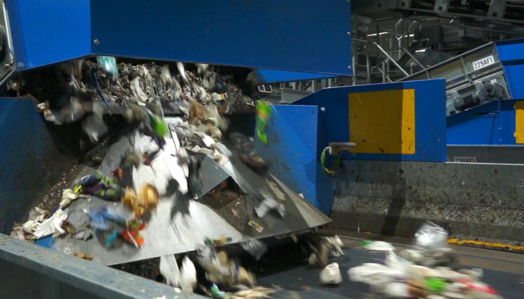 Plast fra restavfall slippes ned på samlebåndet for optisk sortering i en av de 13 maskinene fra det norske firmaet TiTech, på anlegget til Romerike avfallsforedling (ROAF). Anlegget er ifølge ROAF det første i Europa som sorterer plast fra restavfall fra husholdninger. (Foto: Arnfinn Christensen, forskning.no)