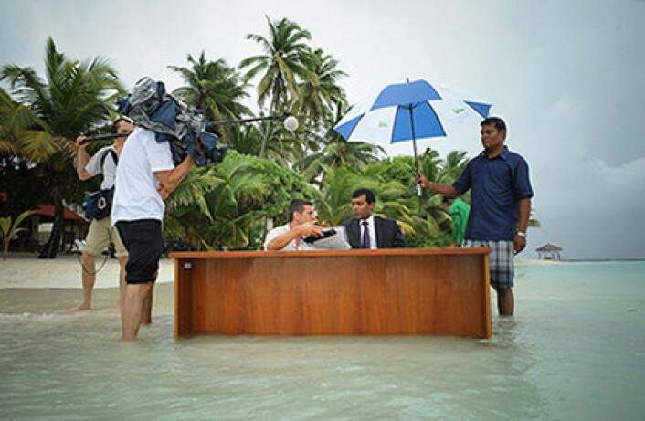 Under klimaforhandlingene i København i 2009 ønsket verdens små øystater at grensen for global oppvarming skulle gå ved 1,5 grader. Bildet viser daværende president på Maldivene, Mohamed Nasheed, under innspillingen av en kunngjøring i forkant av klimaforhandlingene.   (Foto: Presidency Maldives / flickr)