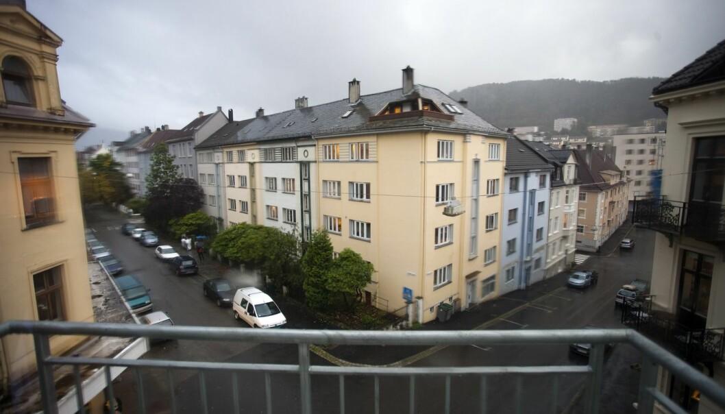 Frivillighetslandet Norge er delt. Verken foreninger eller lokale myndigheter klarer å skape steder der folk med ulik bakgrunn kan møtes. Bildet er fra Møhlenpris-området i Bergen, som blir brukt som eksempel i studien til kronikkforfatterne. (Foto: Samfoto)