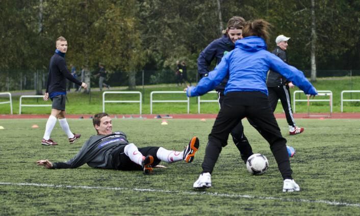 Modellen «Sport Education» bidrar til inkludering av begge kjønn. Den forbedrer teamarbeidet og spillprestasjon, inkluderer elever med lave ferdigheter og bidrar til økt grad av fair play. (Foto: Andreas B. Johansen)