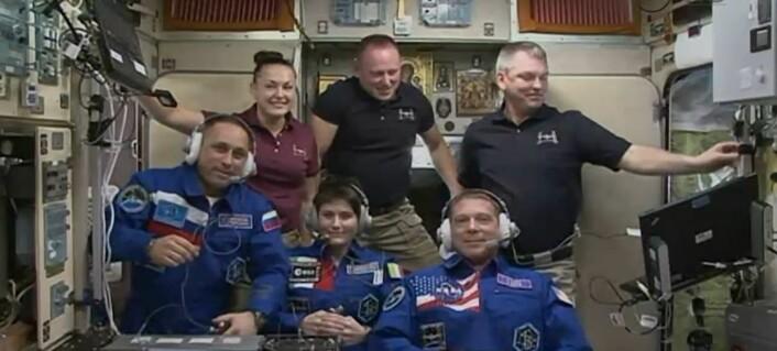 ESAs italienske astronaut, Samantha Cristoforetti (nederst i midten), like etter at hun og hennes to kolleger kom til romstasjonen 24. november 2014. (Foto: NASA)