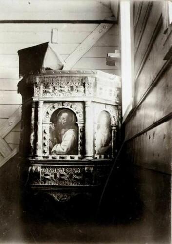 Prestene og prekestolen deres var det viktigste mediet på 1600- og 1700-tallet. Derfra hamret man hele tiden inn en politisk skjønnmaling med gudelig forsvar av kongemakten. Her prekestolen i Røldal kirke.  (Foto: (Bilde: Norsk Folkemuseum / DigitaltMuseum))
