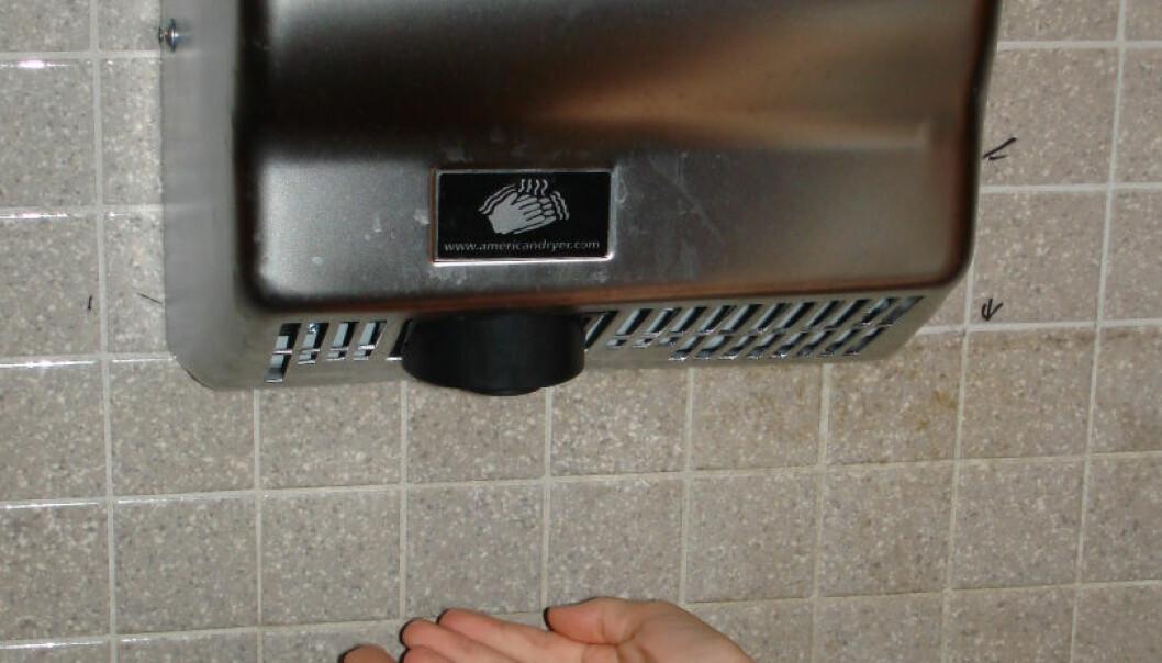 Håndtørrere sprer en mengde bakterier som ikke nødvendigvis bærer med noen smittefare (Foto: Wikimedia, Stilfehler)