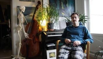 Øystein Figenschou (27) komponerer musikk og spiller mange ulike instrumenter. Når han skal lære seg noe, danner han bilder i hodet. Denne metoden er ganske lik i musikken, der noter er visuelle bilder som kan assosieres med ulike lyder.  (Foto: Eva Beate Strømsted)