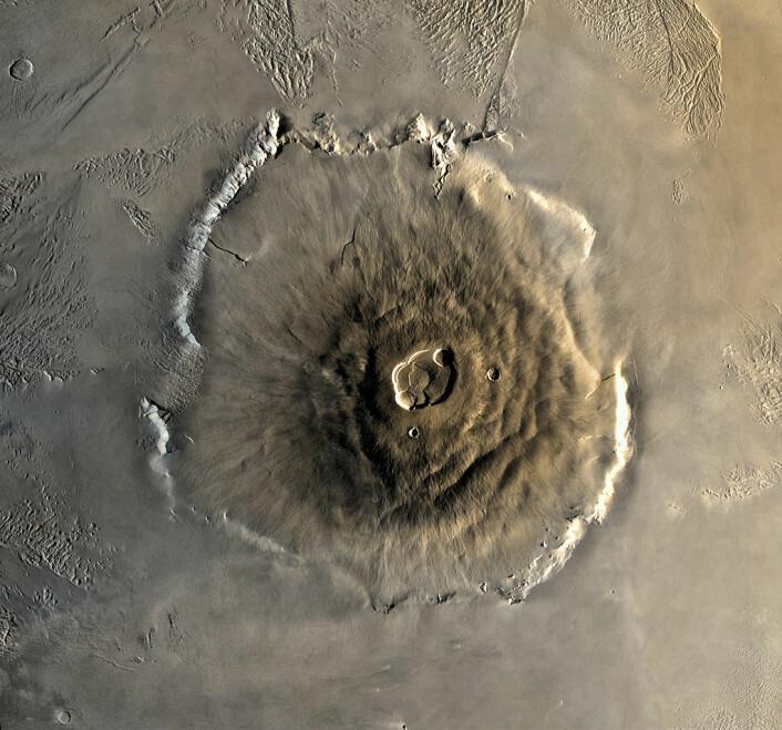 Olympus Mons, en utdødd vulkan på Mars. Også den største vulkanen på planeten og det høyeste fjellet i solsystemet sett ovenifra. (Foto:NASA)
